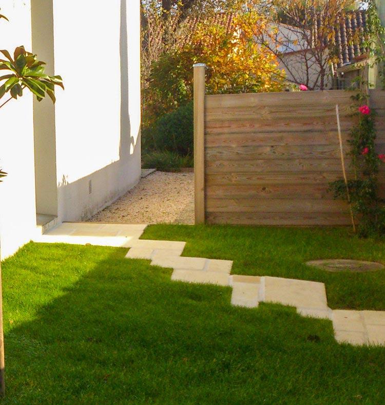 cote-et-jardins-paysagiste-pornic-allee-de-pierre-dans-herbe