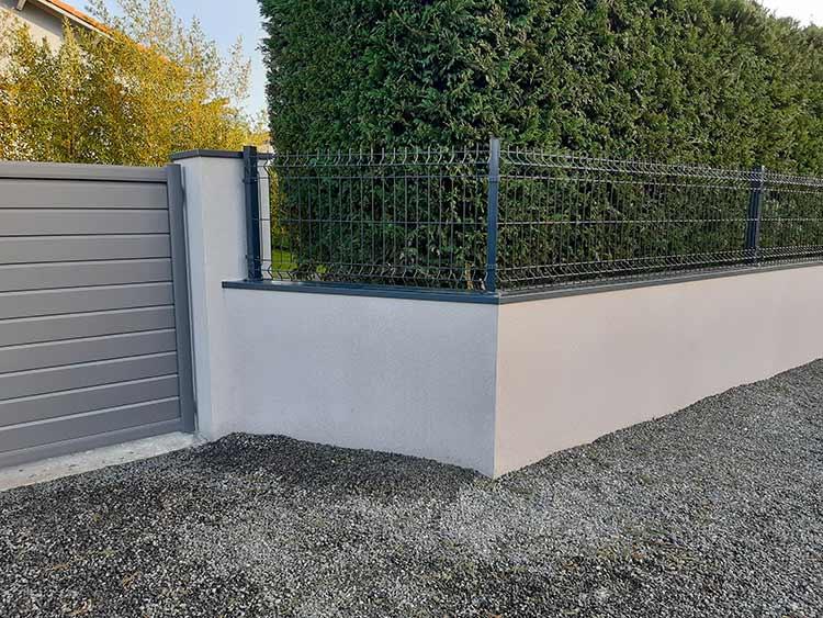 cote-et-jardins-paysagiste-pornic-cloture-panneau-rigide-gris-sur-mur