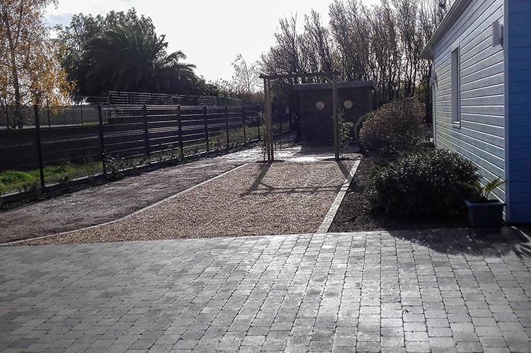 cote-et-jardins-paysagiste-pornic-entree-mixte-pavee-enrobe-et-gravillon