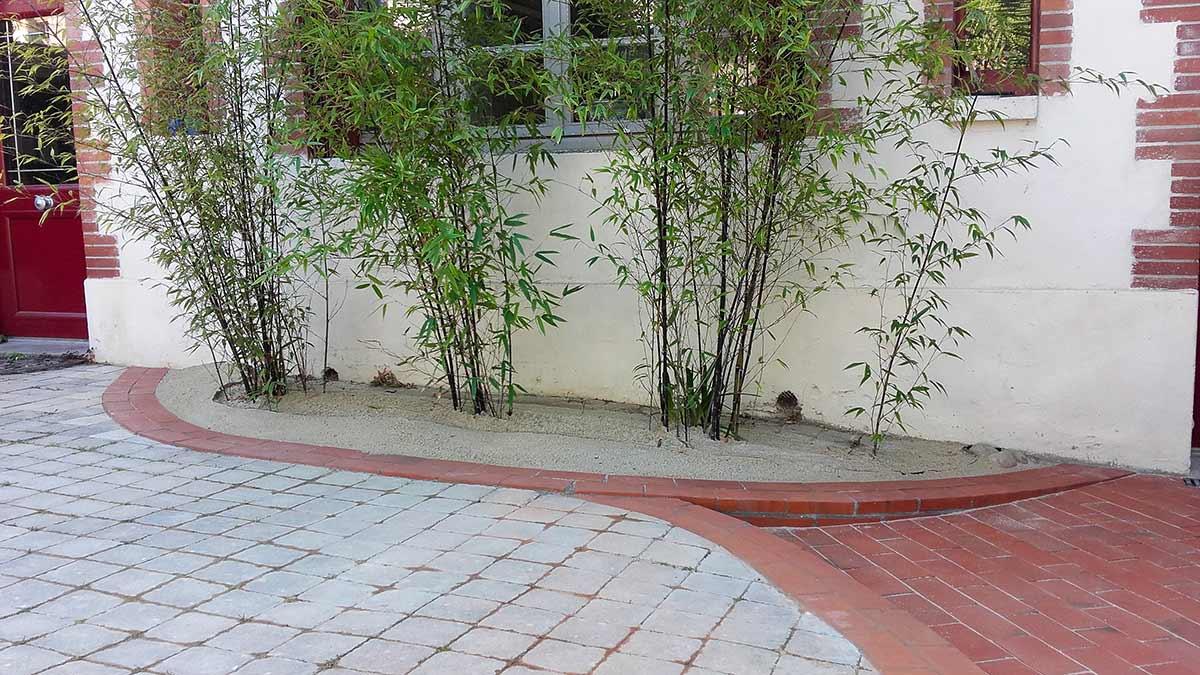 cote-et-jardins-paysagiste-pornic-entree-pavee-et-briques-massif-de-bambous
