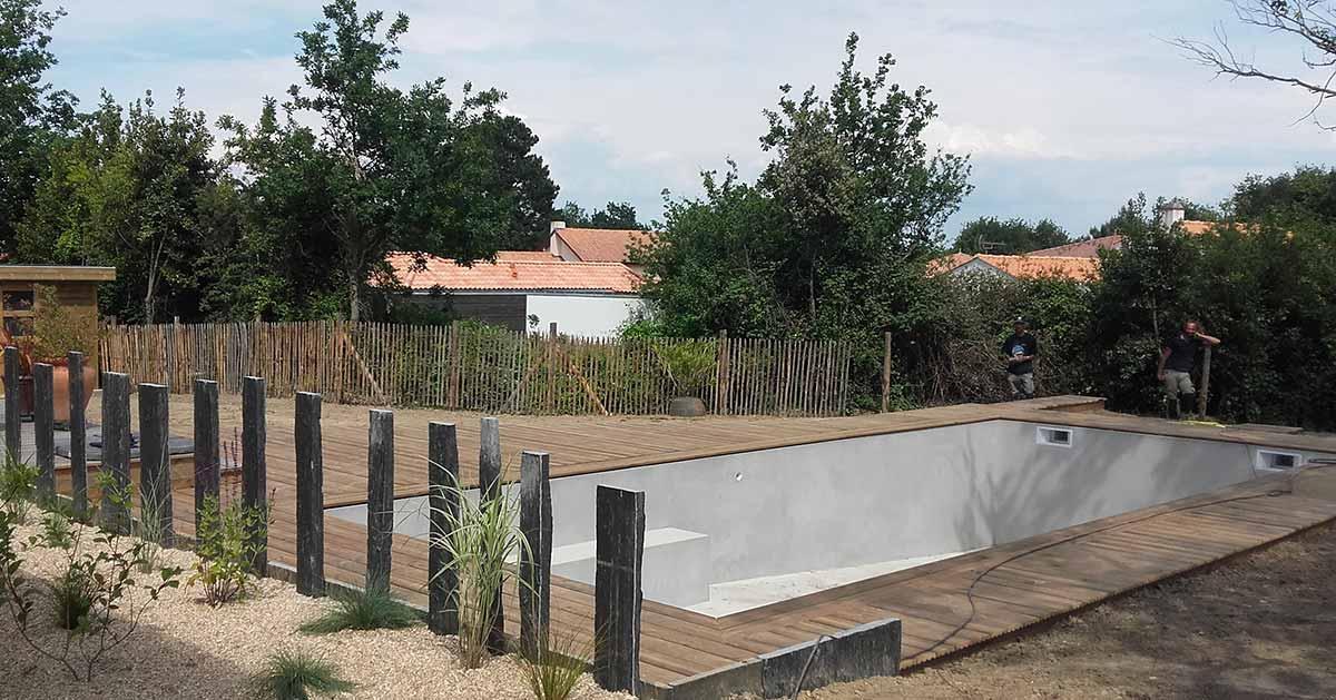 cote-et-jardins-paysagiste-pornic-terrasse-bois-contour-piscine