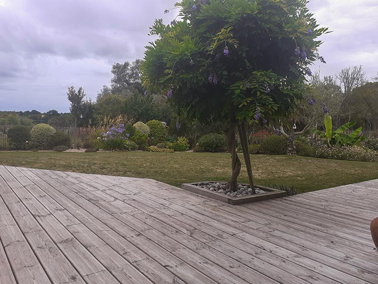 cote-et-jardins-paysagiste-pornic-terrasse-bois-et-jardin-traditionnel